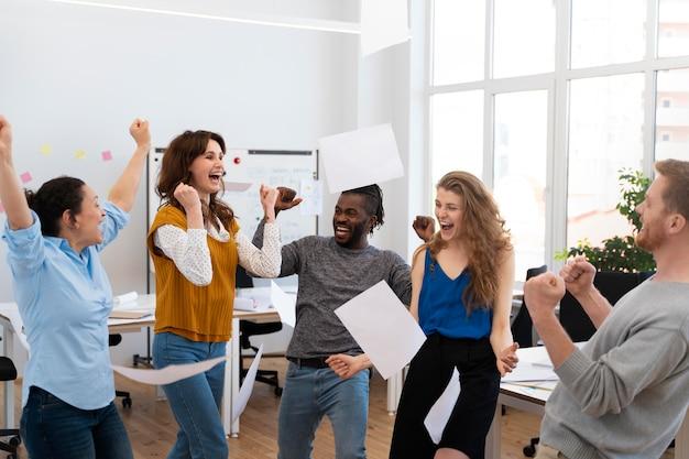 Zbliżenie ludzi w pracy, którzy są szczęśliwi