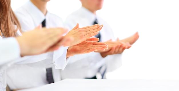 Zbliżenie: ludzie biznesu, klaskanie w ręce. koncepcja seminarium biznesowego