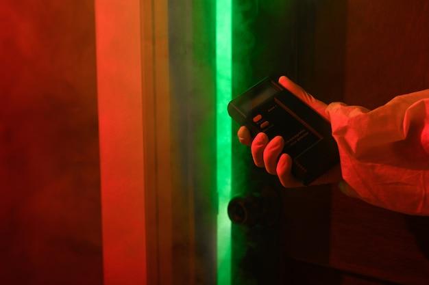 Zbliżenie: ludzka ręka z detektorem promieniowania. dozymetr pomiar promieniowania
