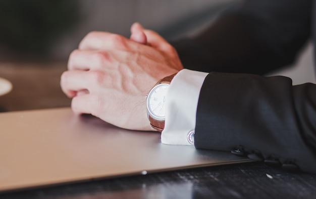 Zbliżenie luksusowy automatyczny zegarek na rękę dla mężczyzn