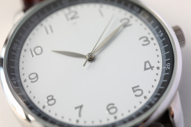 Zbliżenie luksusowych szwajcarskich zegarków mody. tarcza i strzały. stylowy męski zegarek na rękę. dziesięć po dziesiątej. okrągła tarcza zegara. minimalizm i klasyka. pojęcie czasu