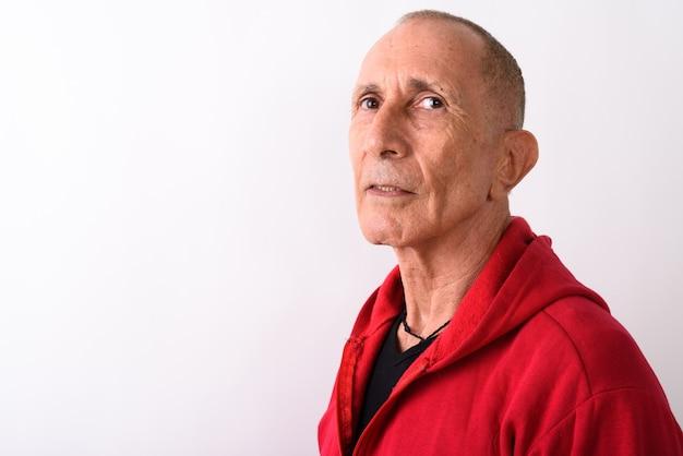 Zbliżenie łysy starszy mężczyzna ubrany w czerwoną bluzę z kapturem na białym tle