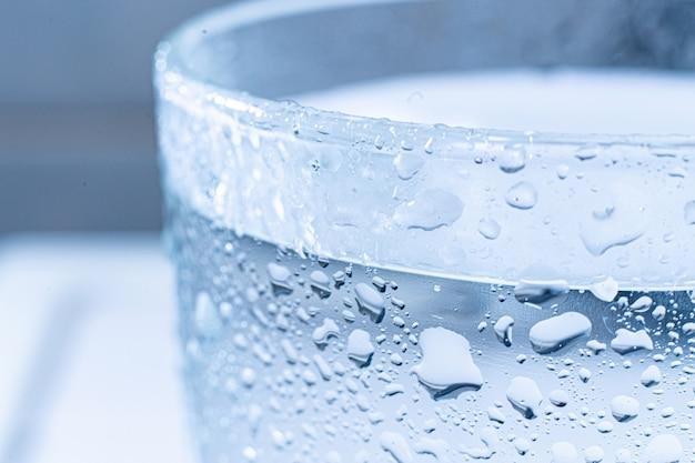 Zbliżenie makro chłodzenia świeżego koktajlu na letnie wakacje z kroplami wody