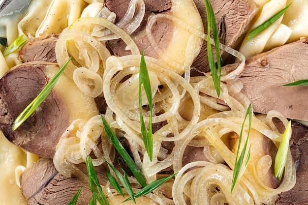Zbliżenie makro na kazachskim beshbarmak z mięsem końskim