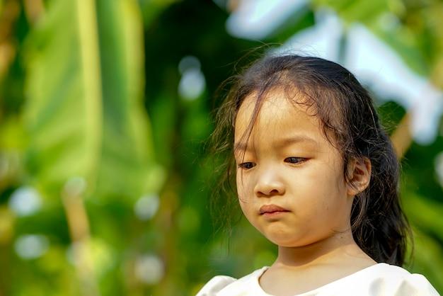Zbliżenie mała dziewczynka un szczęśliwa z natury tłem