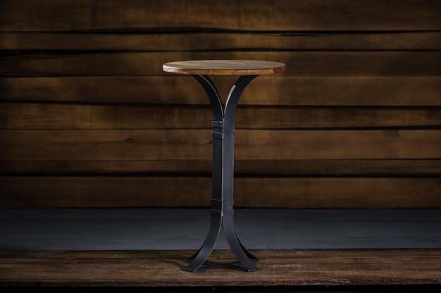Zbliżenie mały okrągły stolik nocny w pokoju