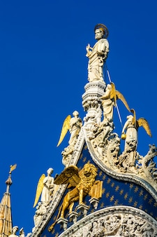 Zbliżenie marmurowych posągów na szczycie bazyliki i katedry san marco w wenecji, włochy
