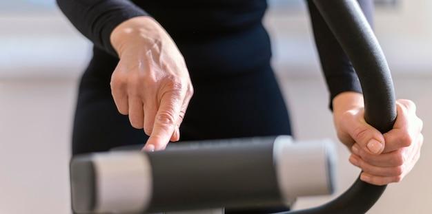 Zbliżenie maszyny dotykającej palcem