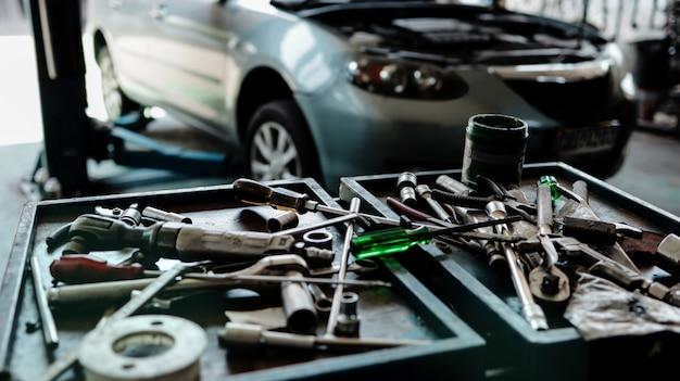Zbliżenie mechaników narzędzia przy samochodową remontową stacją.