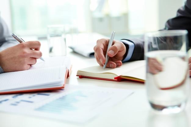 Zbliżenie menedżerów planujących spotkania