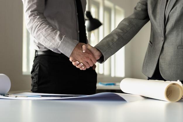 Zbliżenie męscy i żeńscy partnery biznesowi trząść ręki