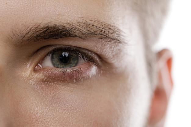 Zbliżenie męskiego oka. uroda i opieka zdrowotna.