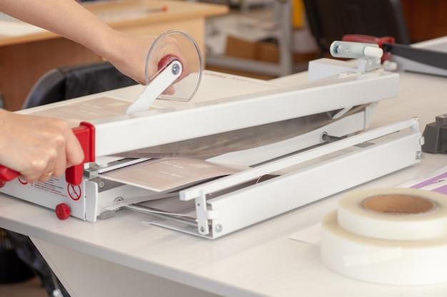 Zbliżenie metalowe ostre ostrze noża z ręcznej gilotyny do wykańczania papieru cięcie laminowanego arkusza