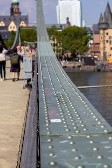 Zbliżenie metalowego mostu we frankfurcie nad menem, niemcy