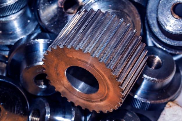 Zbliżenie metalowych kół zębatych