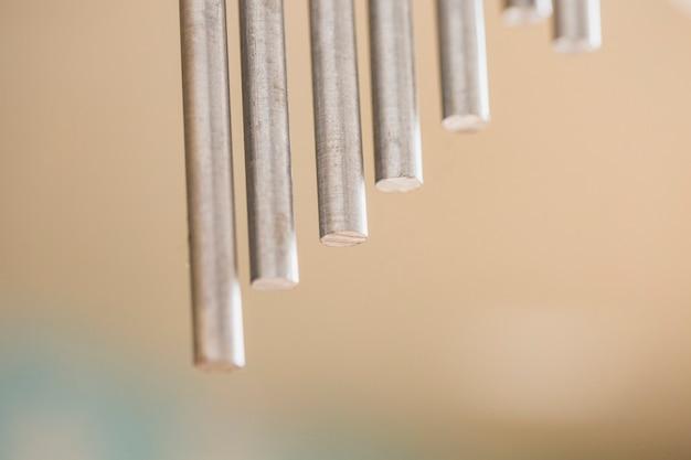 Zbliżenie metalowych prętów udarowych