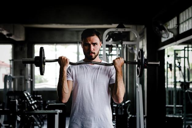 Zbliżenie mężczyzn zdrowe hantle treningu i budynku ciała w siłowni fitness