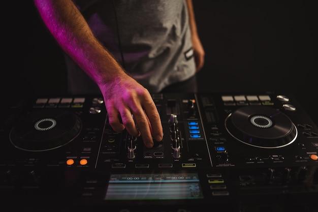 Zbliżenie mężczyzna dj pracujący w studio