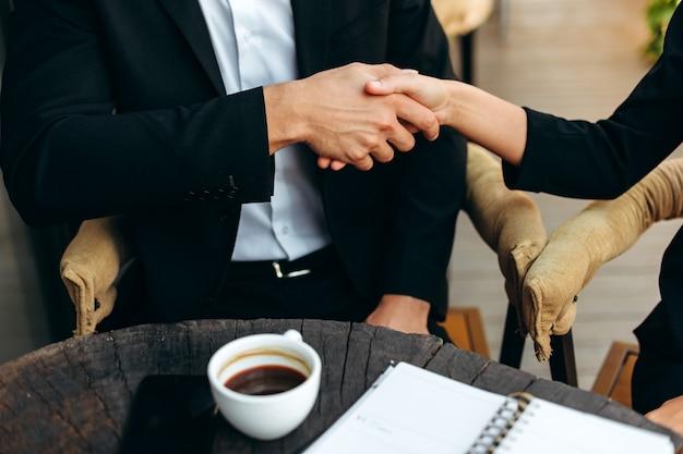 Zbliżenie mężczyzna i kobieta uścisnąć dłoń. umowa biznesowa