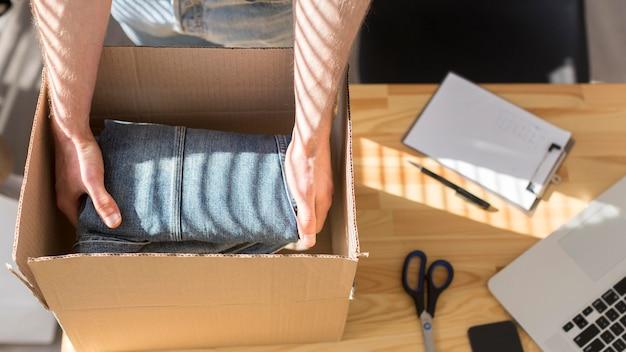 Zbliżenie mężczyzna pakowania koszuli