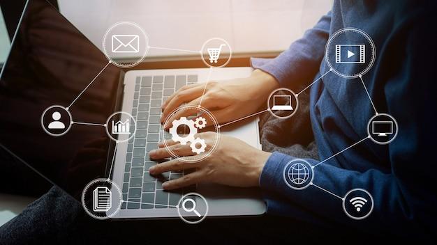 Zbliżenie mężczyzna ręka pracuje cyfrowe media marketingowe na wirtualnym ekranie