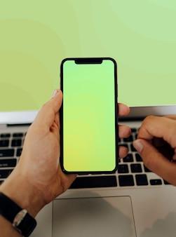 Zbliżenie mężczyzna używa telefon komórkowego