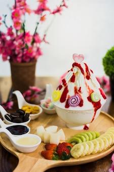 Zbliżenie mieszanka owoców bingsu na tacy, bingsu lub bingsoo, koreański deser lodowy ogolony z słodkie polewy