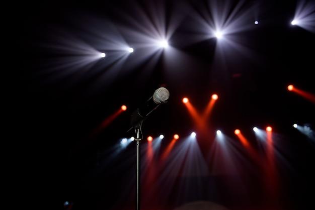 Zbliżenie: mikrofon na koncercie przed rozmyciem kolorowego światła
