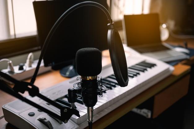 Zbliżenie mikrofonu i pianina w sali do nagrywania dźwięku
