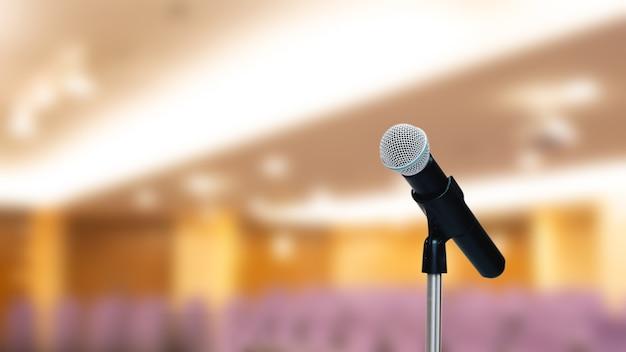 Zbliżenie mikrofonu na statywie z widownią