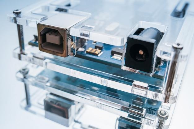 Zbliżenie mikrokomputera na białym tle