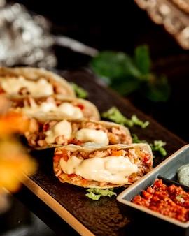 Zbliżenie mini tacos z pastą chili