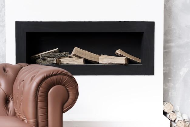 Zbliżenie minimalistyczny kominek i sofa