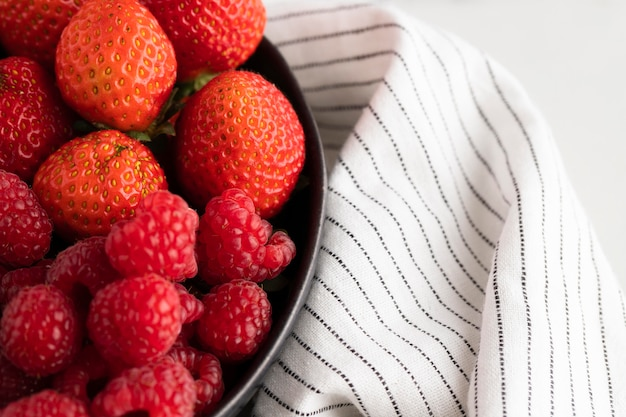 Zbliżenie: miska z owocami i szmatką