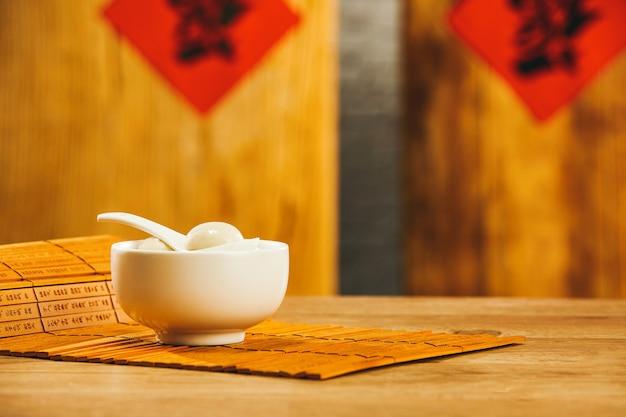 Zbliżenie miski kleistych kulek ryżowych na stole w chińskiej restauracji