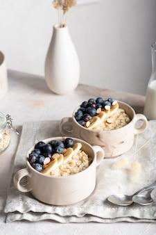 Zbliżenie miski z owsianką owsianką z jagodami na śniadanie