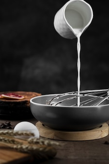 Zbliżenie mleka leje na patelnię
