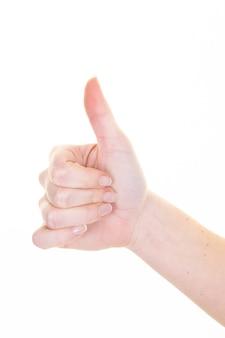 Zbliżenie młoda kobieta daje kciukowi up znakowi