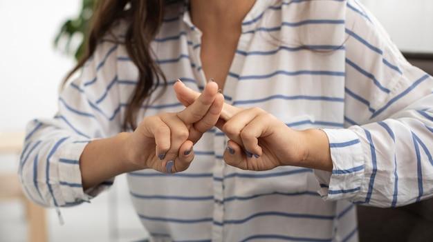 Zbliżenie młoda kobieta nauczania języka migowego
