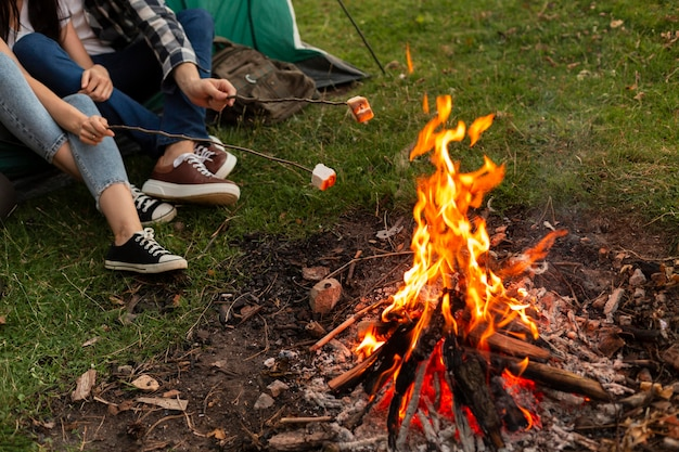Zbliżenie młoda para korzystających z ogniska