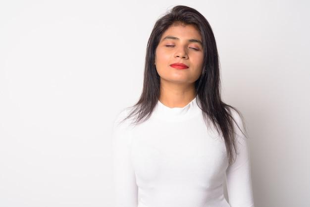 Zbliżenie młoda piękna kobieta perski na białym tle