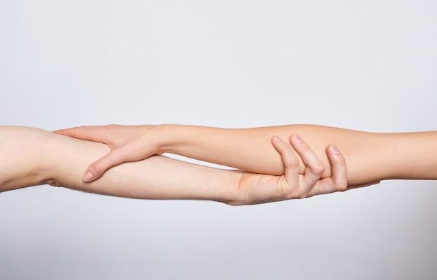 Zbliżenie młode ręce trzymające się nawzajem