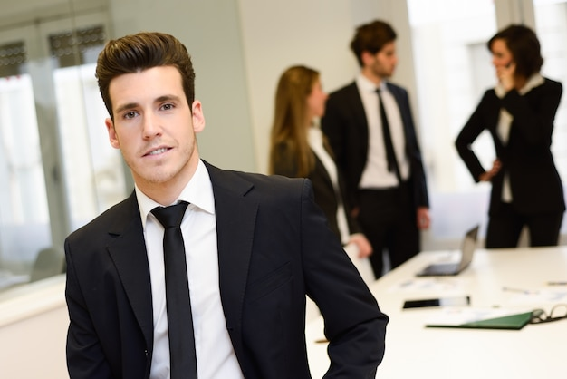 Zbliżenie młodego biznesmena z czarnym krawatem