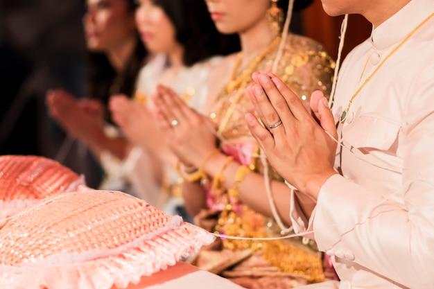 Zbliżenie młodej pary w tajskim stylu ceremonii ślubnej