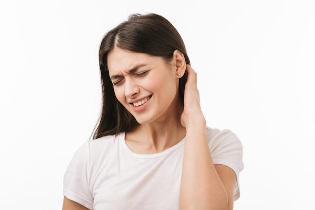 Zbliżenie młodej pięknej zdenerwowanej kobiety na białym tle, cierpiących na ból głowy