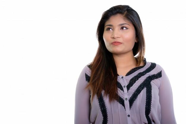 Zbliżenie młody gruby perski myślenie bizneswoman na białym tle na białej ścianie