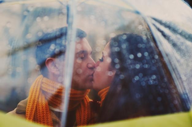 Zbliżenie młody piękny pary całowanie pod parasolem
