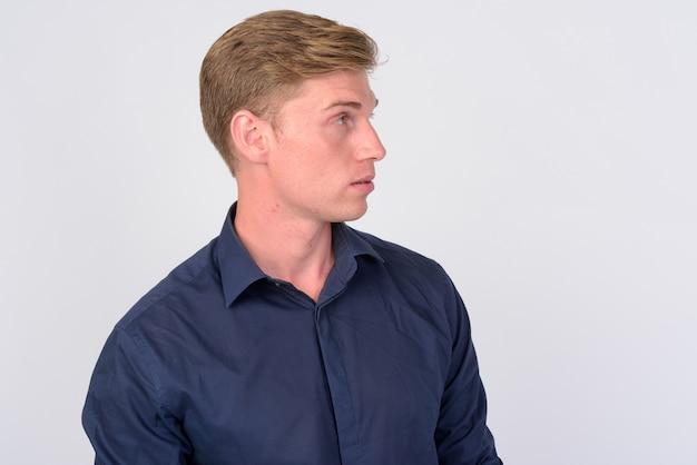 Zbliżenie młody przystojny biznesmen z blond włosami na białym tle