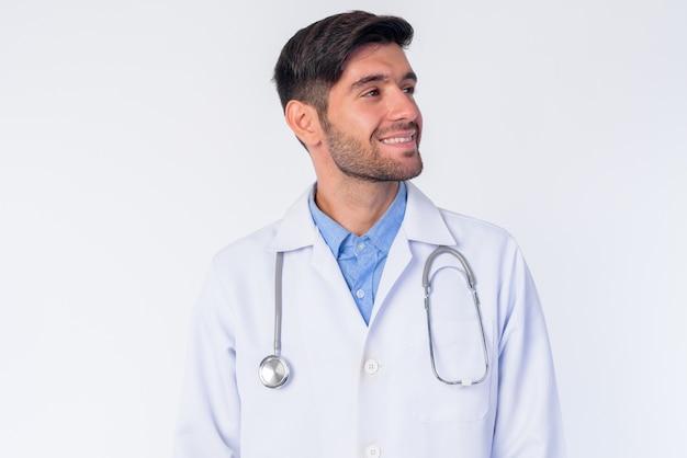 Zbliżenie młody przystojny brodaty mężczyzna perski lekarz na białym tle