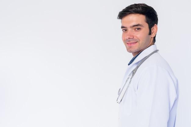 Zbliżenie młody przystojny mężczyzna perski lekarz na białym tle